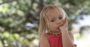 صورة كيفية التعامل مع الطفل الذي يمص اصبعه , احمى طفلك من عادة مص اصبعه بهذه الطرق